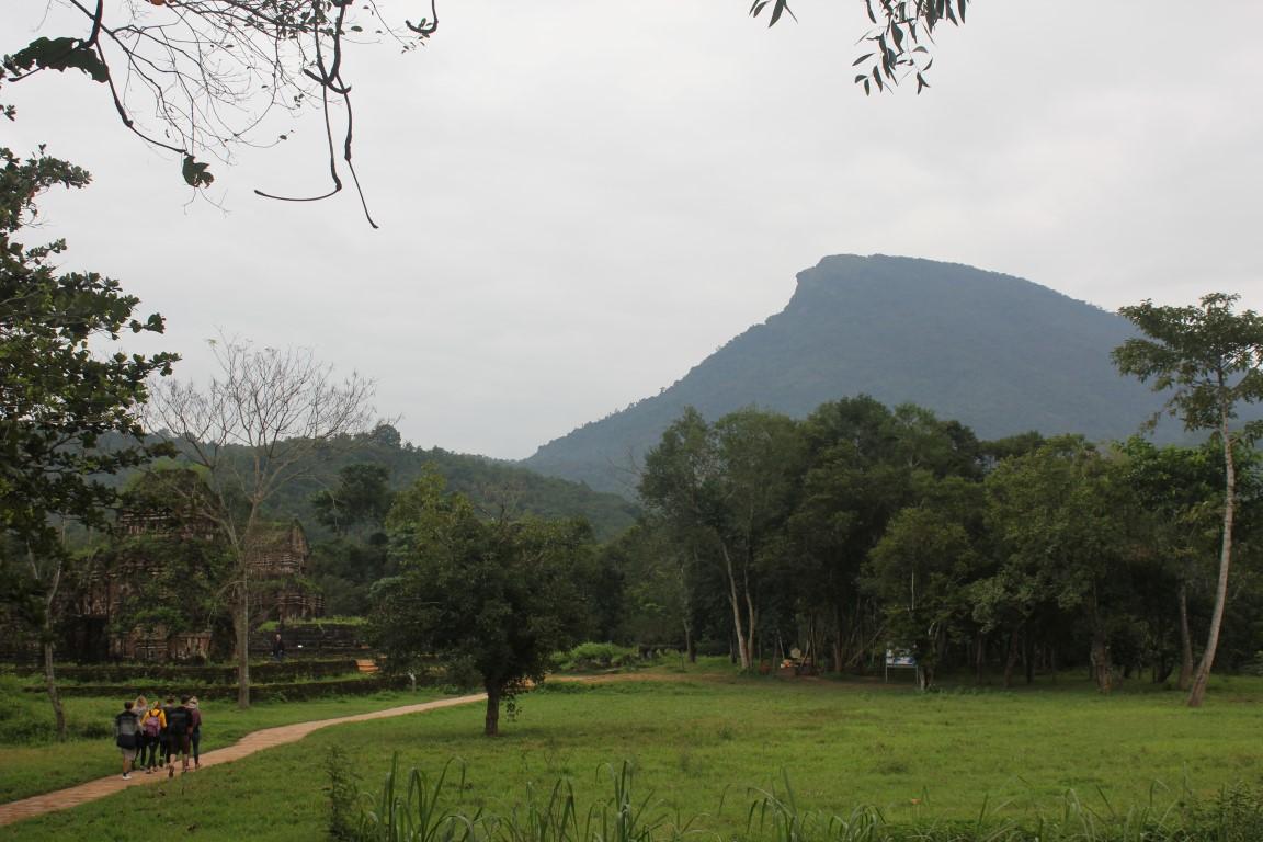 "Blick auf den ""Katzenzahn-Berg"" Hon Quap bei Mỹ Sơn"